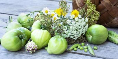 grönsaker i en korg på en träbakgrund. korg med foto