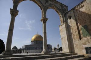 Israel, Jerusalem, 2021 - människor som tittar på tempelberget kupolen tempelberget i rockock Jerusalem, Israel foto