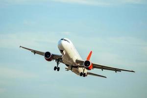 ett kommersiellt flygplan som lyfter foto