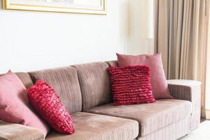 vacker kudde på soffadekoration i vardagsrummet foto