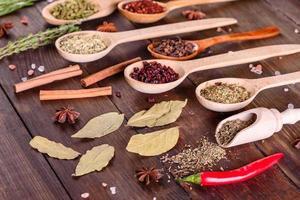 en uppsättning kryddor och örter. indiska köket foto