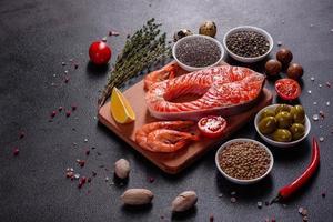 rå öring röd fiskstek som serveras med örter och citron foto
