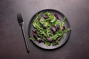 hälsosam mat, salladsblandning med ruccola, spenat, tjurblod foto