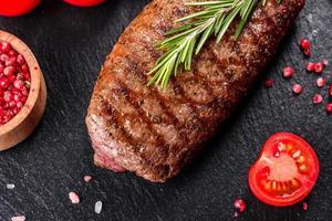 ribeye -biff med potatis, lök och körsbärstomater foto