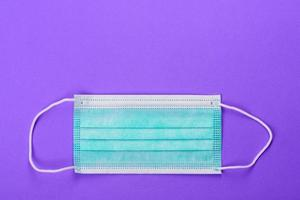 medicinsk mask på en färgad bakgrund foto