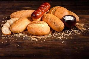 nybakat vitt bröd på en brun betongbakgrund foto