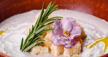 utsökt vacker svampsoppa i en brun tallrik med en träsked foto