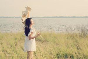 vacker ung kvinna som njuter av den fantastiska naturen foto