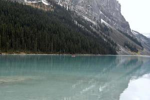 paddla kanot vid sjön louise foto