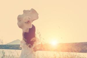 vacker ung kvinna som njuter av den fantastiska naturen med soluppgången foto