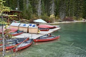 kanoter att hyra vid Emerald Lake foto