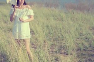 vacker ung kvinna som njuter av den fantastiska naturen, dröm mjuk stil foto