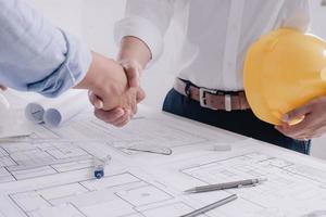 två affärsman byggarbetsplatsingenjör. tekniska verktyg. foto