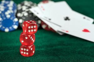 spelande röda tärningspokerkort och mynt foto