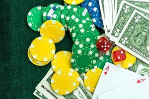 spelande poker kort chips och tärningar koncept foto