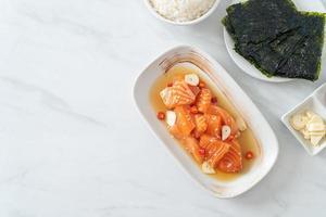 färsk lax råmarinerad shoyu eller laxinlagd sojasås - asiatisk matstil foto