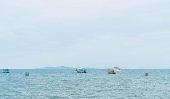 fiskebåt i havet foto