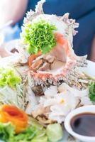 färsk conch sashimi på tallrik foto