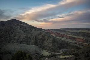 röda stenar och berget morrison - colorado foto