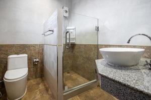 vit modern och trä badrum med duschkabin glas i lägenheten foto