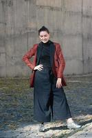 vacker flicka vårhöstkollektion mode street style foto