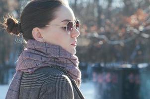 mode street style vacker kvinna i vinterkläder foto