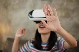 asiatisk kvinna med vr -headset, tittar på 3d virtuell simulering. foto