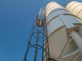 silo, en cylindrisk behållare för lagring av granulära produkter foto