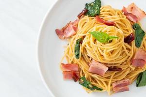 stekt spaghetti med torkad chili och bacon foto