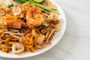 pad thai skaldjur - rör stekta nudlar med räkor, bläckfisk eller bläckfisk foto