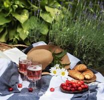 sommar picknick i lavendel fält. foto