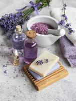 naturlig örtkosmetik med lavendelblommor foto