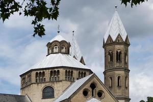 basilikan för de heliga apostlarna, romansk kyrka i Köln foto