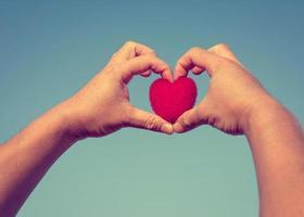 man händer bildar hjärta som visar hjärtformat foto
