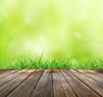 trägolv med grön bokeh foto