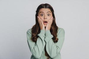 vacker tonårsflicka vidrör hennes ansikte med händerna foto