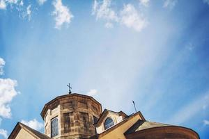 kyrklig religion konceptbild. kyrka med en blå himmel bakgrund foto