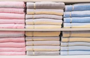 många handdukar staplade på hyllan foto