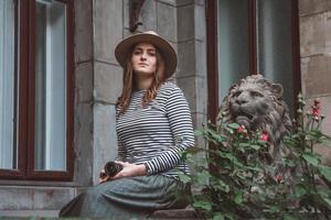 vacker kvinna i randig skjorta och hatt foto