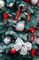 silverbollar med ficklampor på julgranen foto