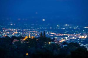 flygfoto över wat phra att doi suthep tempel foto