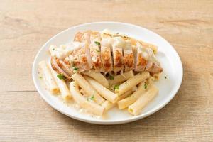 hemlagad quadrotto penne pasta vit krämig sås med grillad kyckling foto