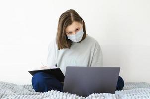 coronavirus. karantän. flicka och distansutbildning. studerar online. foto