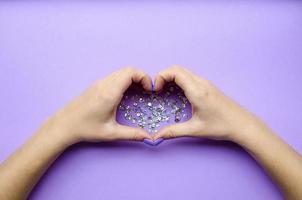 flicka håller händer med hjärta. snygg trendig foto