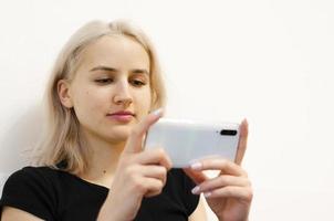 flickan tittar på en pedagogisk video i telefonen. foto