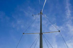 masten på en yacht utan segel. foto