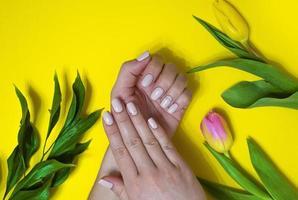 kvinnlig manikyr på en ljus bakgrund. gul foto