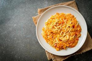 spagettipasta med krämig tomatsås eller rosa sås foto