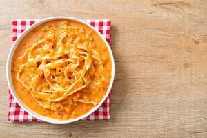 fettuccinapasta med krämig tomatsås eller rosa sås foto