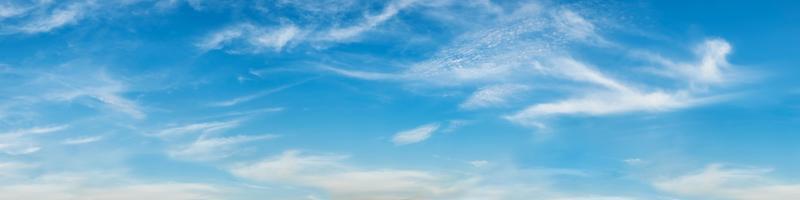 panoramahimmel med moln på en solig dag. foto